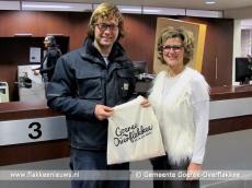 Foto behorende bij Burgemeester reikt eerste welkomstpakket uit